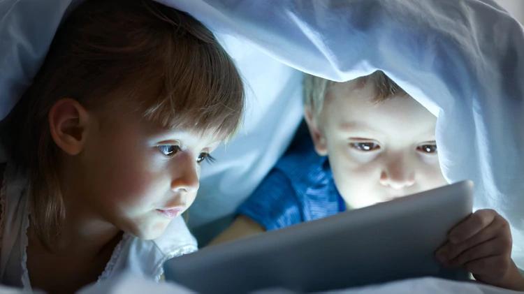 """I bambini che trascorrono troppo tempo davanti a smartphone e tablet hanno meno """"materia bianca"""" nel cervello"""